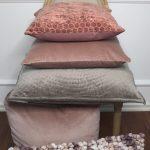 Sisustustyynyja LIGHT & LIVING, iso harmaa samettinen tyyny CIRCLE 60x60 cm, roosanvarinen samettityyny KHIOS 50x50 cm, lohenpunainen sisustustyyny KAMELI 45x45 cm.