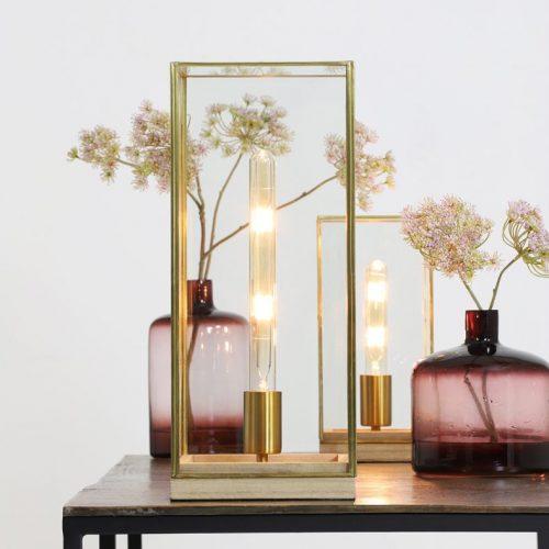 Messinkinen poytalamppu, jossa puinen kantaosa ja lasikuutio LIGHT & LIVING ASKJER